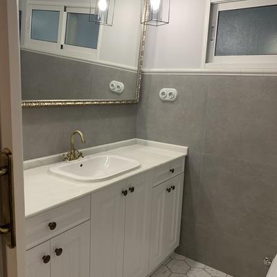 Baño con mobiliario a medida