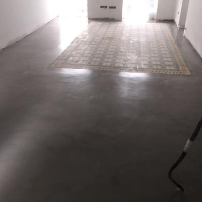 Microcemento respetando alfombra de baldosas hidráulicas