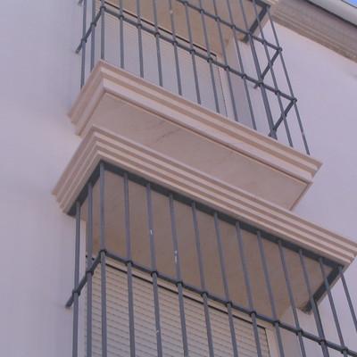 Alfeizar y guardapolvos de ventanas con molduras rectas en Caliza Crema Sevilla