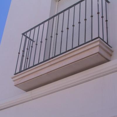 Alfeizar  de ventana con molduras rectas en Caliza Crema Sevilla