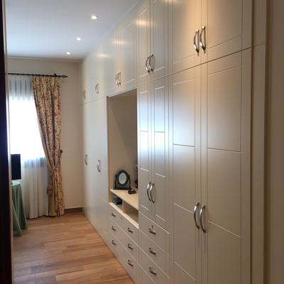 Armario lacado beige puerta abatibles fresadas