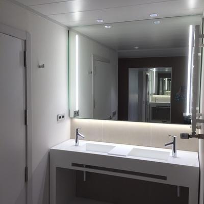 Detalle de mueble de baño en Corian