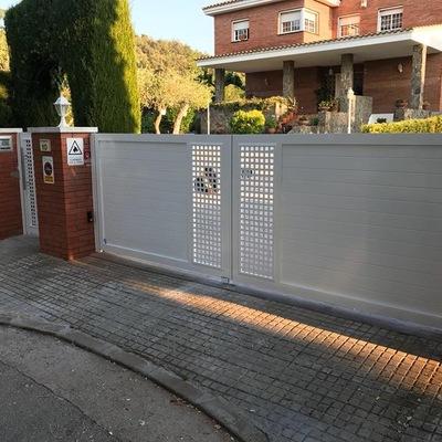 Puerta doble batiente de aluminio