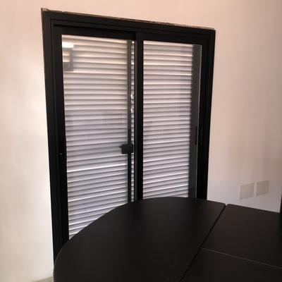 Puerta corredera en aluminio anodizado negro