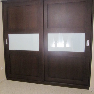 Armario puertas correderas en madera con combinación de cristal blanco mate