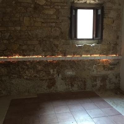 Iluminacion de pared de piedra
