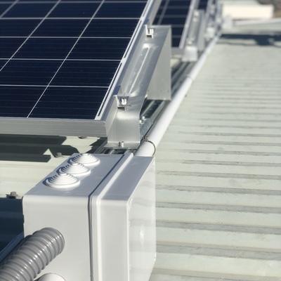 Herrajes metálicos y protecciones de lvc resistentes para nuestras instalaciones solares
