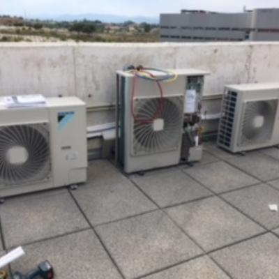 Vista de unidades exteriores en tejado de aire acondicionado