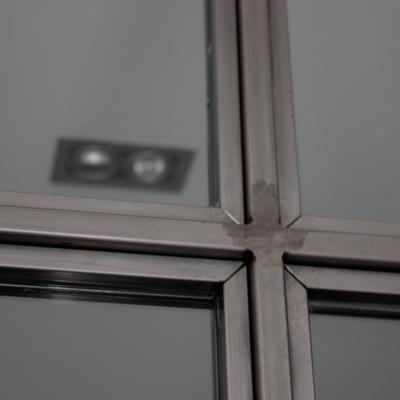 materiales: hierro y cristal para separar salón de cocina