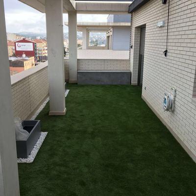 Terraza, cesped artificial , baul/ sofa viroc