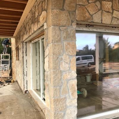 Forro de fachada con losa de piedra