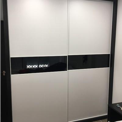 Armario de puertas correderas combinado con cristal lacado