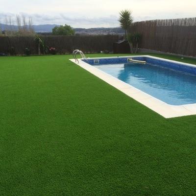 piscina con solarium de cesped artificial