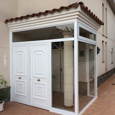 Puerta entrada con panel decorativo de seguridad