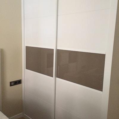 Frente de armario a medida lacado con cristales