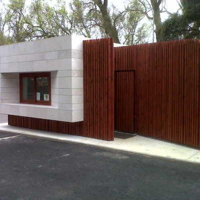 Recubrimiento de fachada con lamas de madera