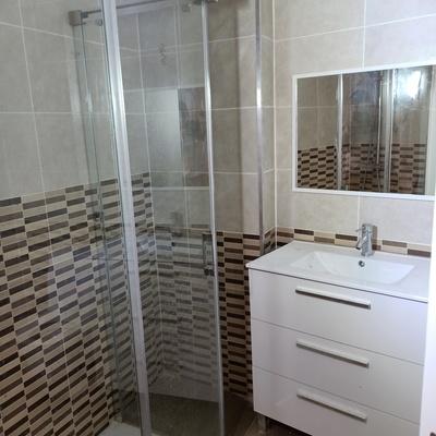 Mampara y mueble de baño