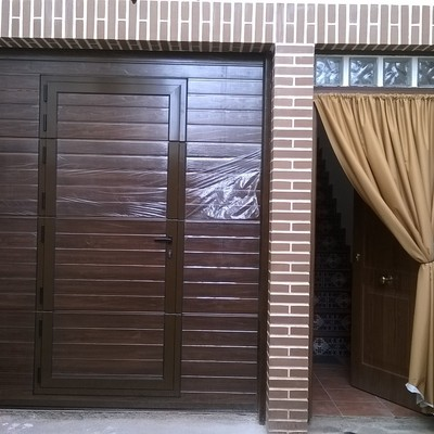 Puerta seccional imitacion madera con peatonal incorporada