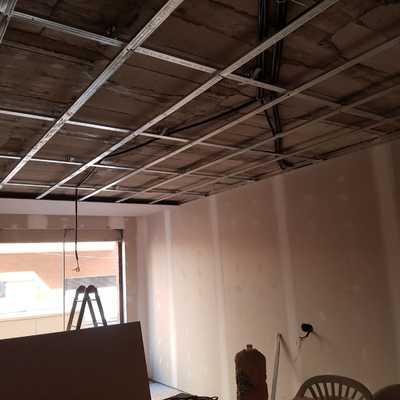 Tabiqueria de salón acabada y techo continuo en proceso