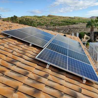 Paneles solares sobre cubierta inclinada de teja