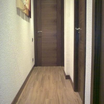 Instalacion de parquet flotante sintetico y puertas nogal en vivienda Pamplona