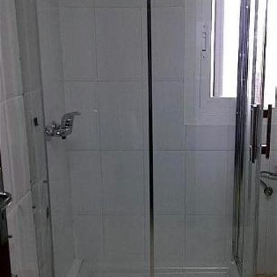 instalación mampara de baño, con 2 fijos y 2 puertas correderas entrada vértice (esquina), perfileria brillo, vidrio seguridad anti cal.