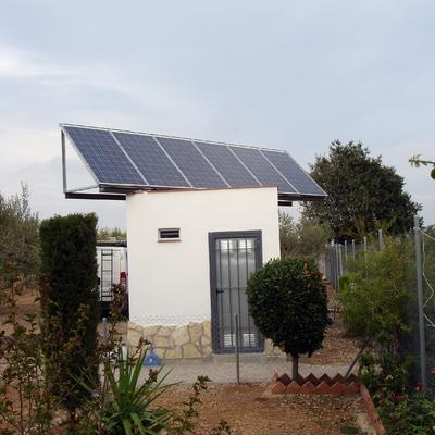Instalación solar fotovoltaica aislada, paneles solares.