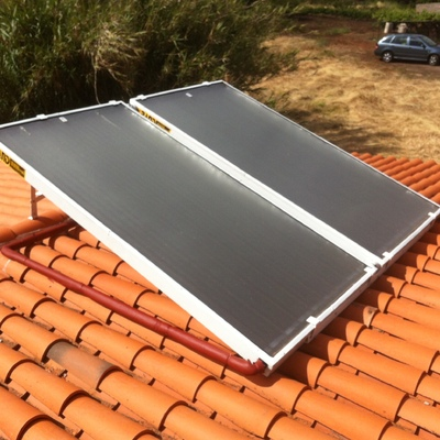Instalación solar térmica sobre cubierta de teja