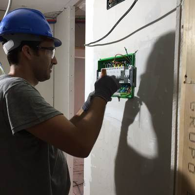 instalando cuadro eléctrico de vivienda