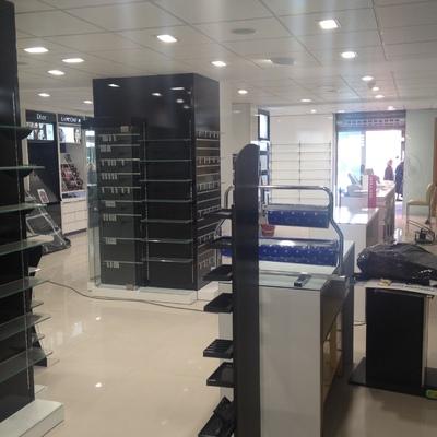 Interior Perfumería Prieto con productos
