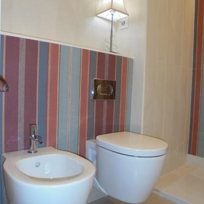 Baño. Detalle pared con repisa