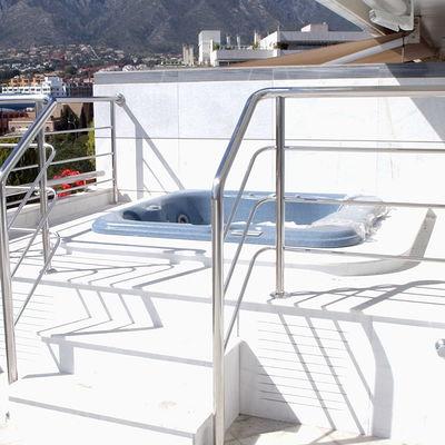 Jacuzzi en terraza , con playa de marmol macael y barandilla de acero inoxidable