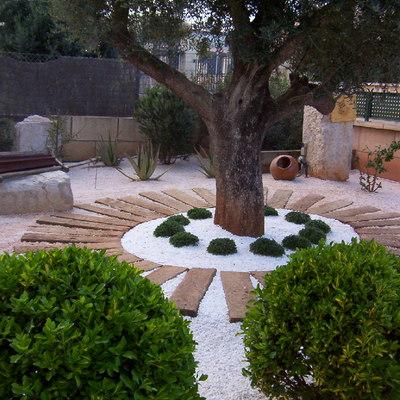 Jardín con gravilla y traviesas
