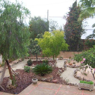 Jardín de bajo mantenimiento y riego integrado