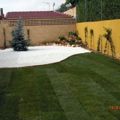 Jardín diseñado y construido ,fondo de casa .