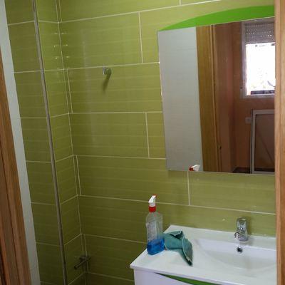 baño baldosín en verde