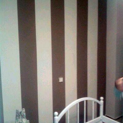 Lacar mobiliario dormitorio y pintar la estancia con una pared a rayas gruesas verticales