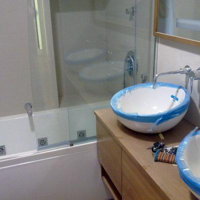 lavabo con grifos empotrados