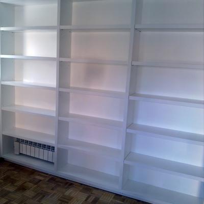 librería lacada en blanco