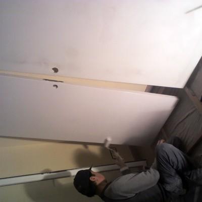 Lijar y pintar puertas.