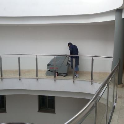 limpieza de pasillos en comunidades con fregadoras