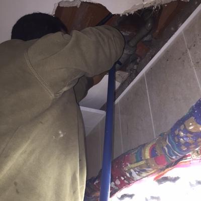 Limpieza de tuberías ocultas en falsos techos