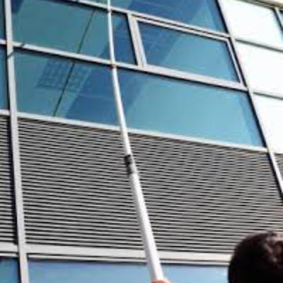 Limpieza profesional de ventanas y fachadas en alturas