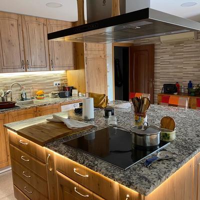 Luz bajo mueble y decorativa en cocina