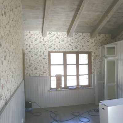 Madera envejecida (techos y suelos) , empapelado paredes y  lacado del friso