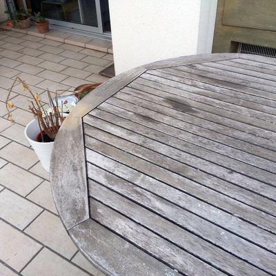 mesa exterior antes de restaurarla