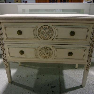 Mesa tallada en blanco roto