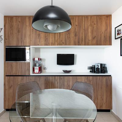 Cocina. Zona de microondas y mesa