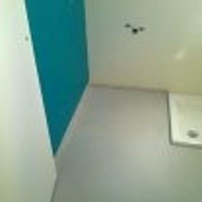 Microcemento en pared y suelo.