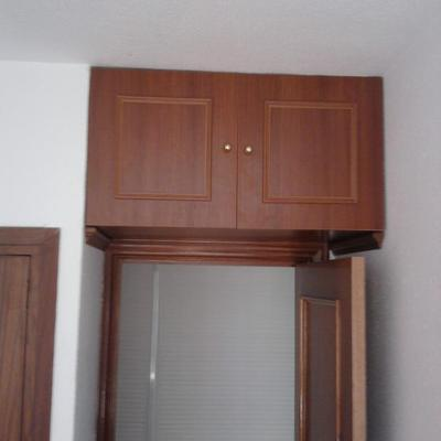 Mini armario aprovechando espacio encima de la puerta